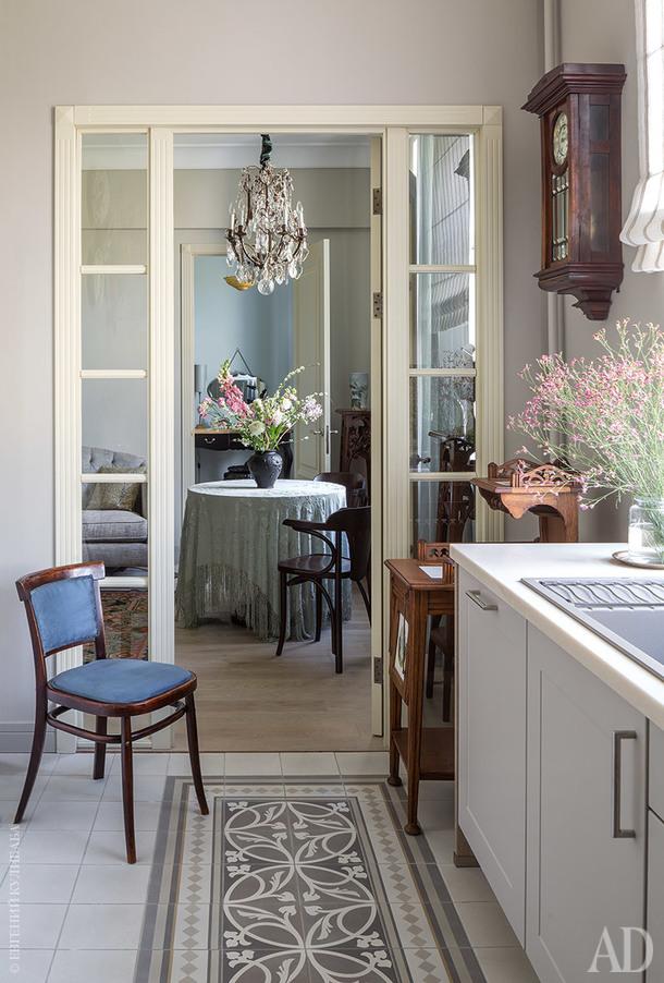 """На кухне самоварный столик XIX века, часы """"В.Габю"""" начала ХХ века и переобитый новой тканью старинный стул, приехавший вместе с хозяйкой со старой квартиры."""