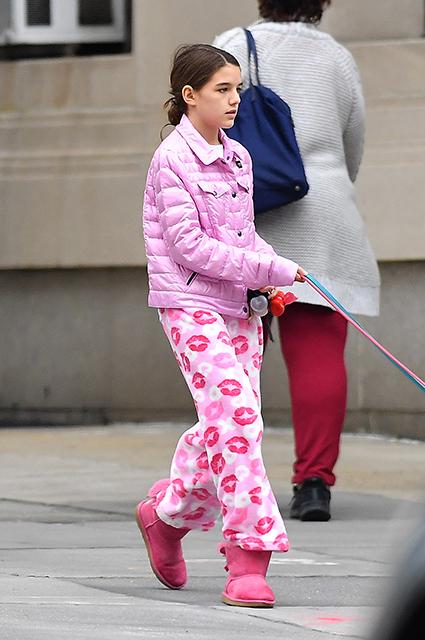 Розовый — хит сезона: Сури Круз на прогулке с собаками в Нью-Йорке Звездные дети