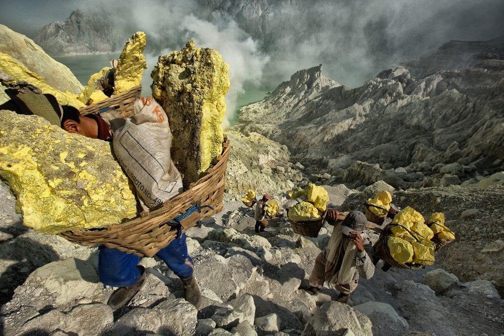 От вулкана до смертоносной шахты: как люди работают за https://mtdata.ru/u15/photo299E/20951351880-0/original.jpg интересное
