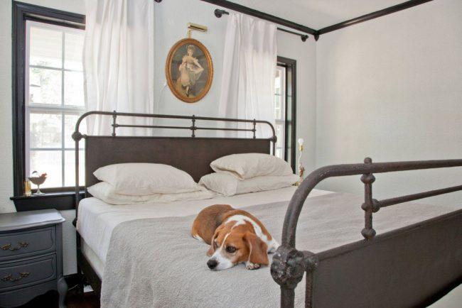 Кровать изголовьем к окну в маленькой комнате - единственный возможный способ сэкономить пространство