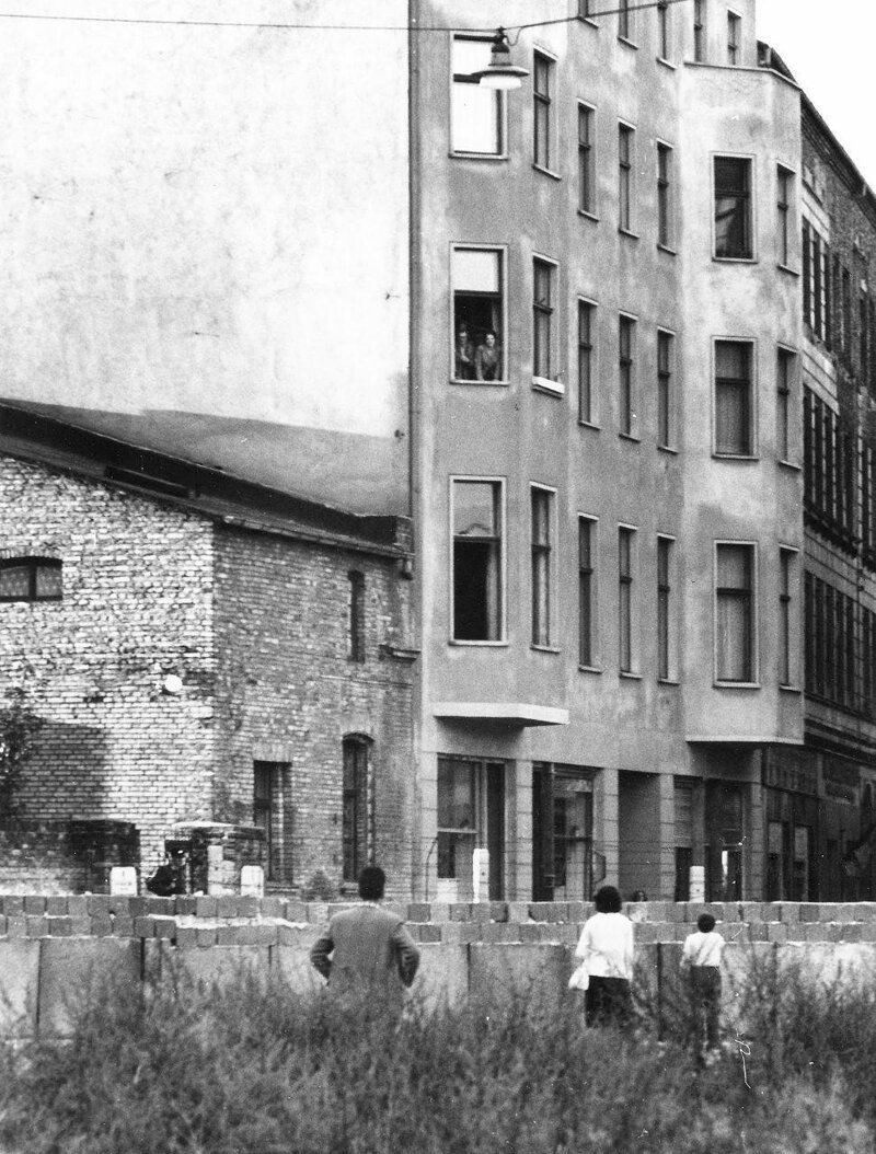 17. Жители Восточного и Западного Берлина разговаривают через стену, Германия, 1961 год жизнь, исторические фото, история, прошлое, фото