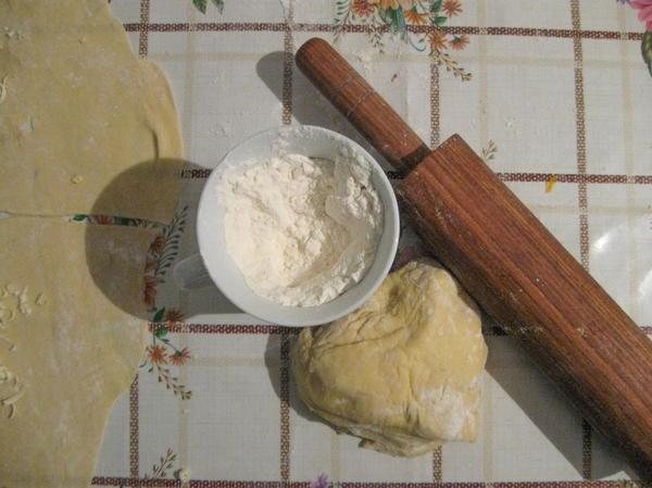 Тесто должно быть мягким, но не слишком, чтобы не порвалось при раскатывании