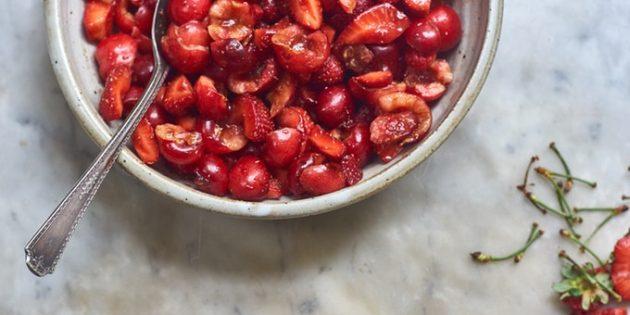 Красный фруктовый салат с клубникой и вишней
