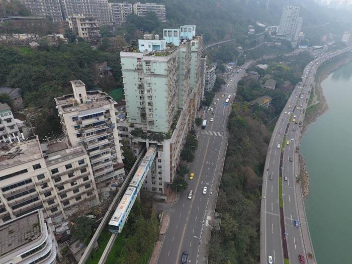 Китайский поезд ездит через жилой.