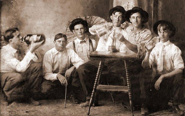 Картинки по запроÑу ÐмериканÑкие колониÑÑ'Ñ‹ пьют пунш, риÑунок начала XVIII века