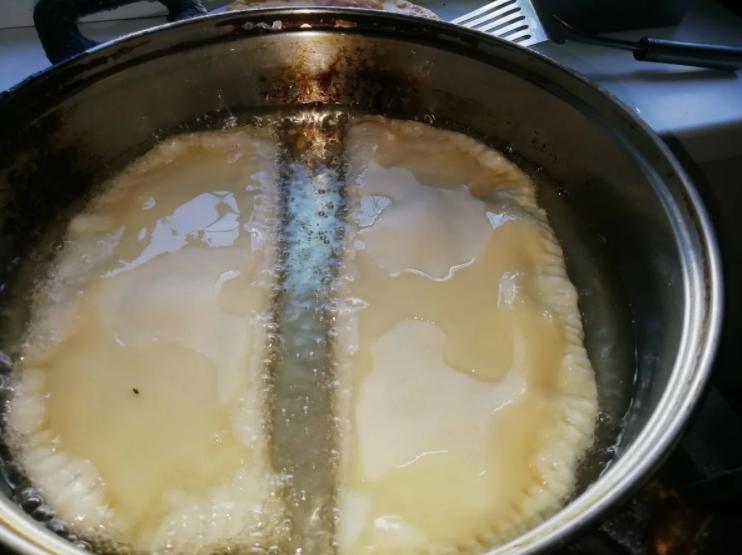 Жарю чебуреки и не боюсь брызгов масла. Чистая плита и руки без ожогов благодаря одному трюку