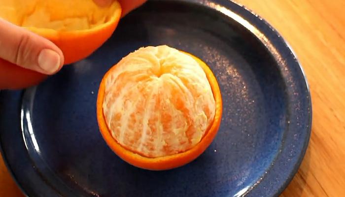 Как грамотно чистить апельсин, не испачкав руки