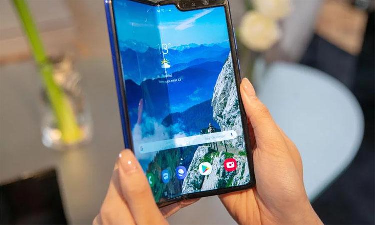 Складной Samsung Galaxy Fold 2 получит подэкранную камеру