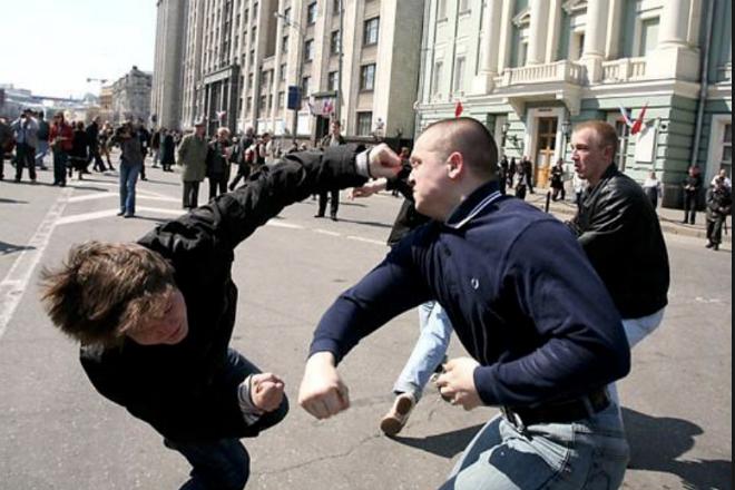 С боксёром шутки плохи: спас девушку и поставил 3 хулиганов на место