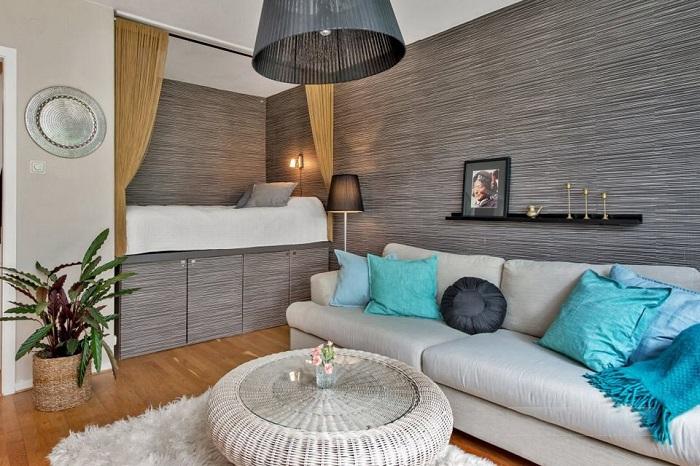 Кровать в нише можно занавесить шторами, чтобы создать личное пространство. / Фото: design-homes.ru