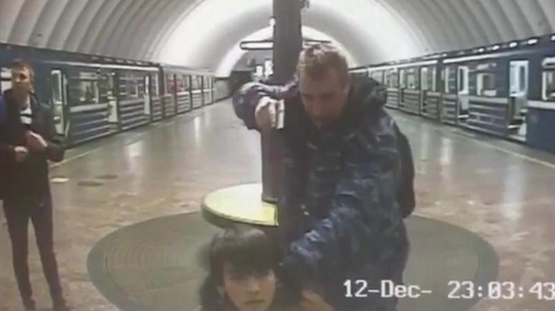 "Поставивший на колени пассажира-""террориста"" сотрудник метро рассказал подробности произошедшего"