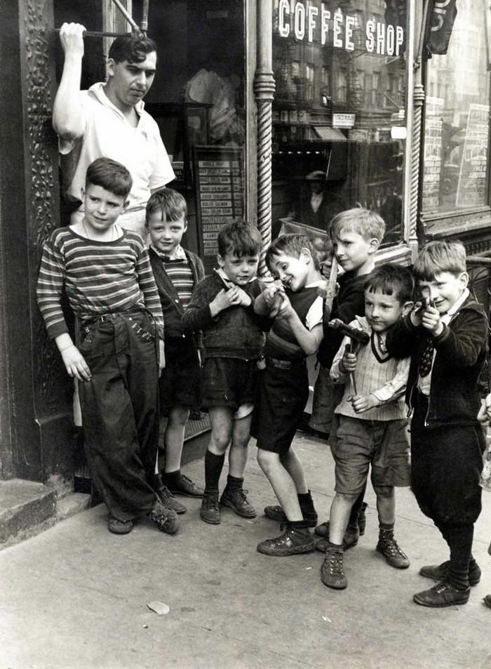 Уличная жизнь Нью-Йорка с 1930-х до 80-х годов в фотографиях Элен Левитт 40