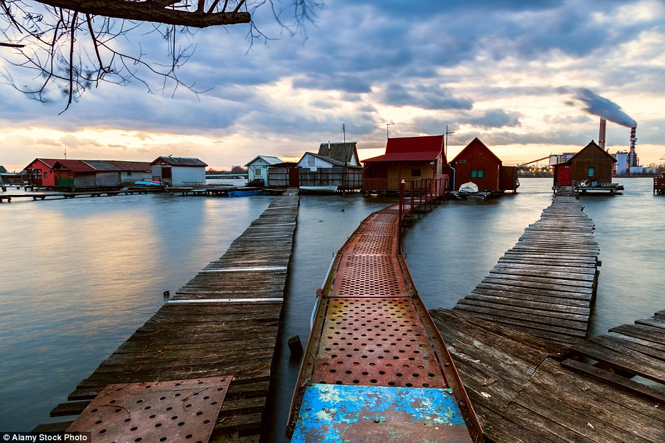 Вы не поверите, но это не Мальдивы: живописная деревня на сваях на озере в Венгрии