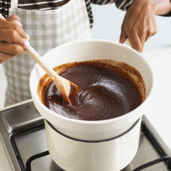 Кокосовые батончики окунаем в растопленный шоколад - готово. |Фото: Wday.ru