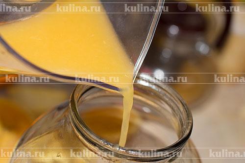 Из апельсинов отжать сок и влить его в банку.