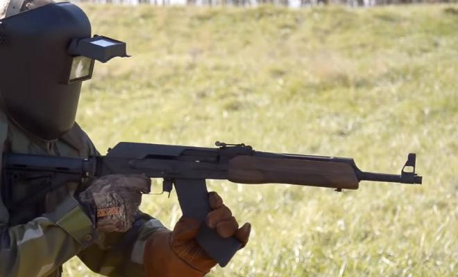 Проверили АК-47: расплавился в руках стрелка беспрерывной, стрелок, стрельбы, магазинов, выстрелов, Опытный, маскеИ, автор, эксперимента, готовился, серьезно, Надел, защитное, снаряжение, забыл, сделал, правильно, «пробег»К, выяснилось, После