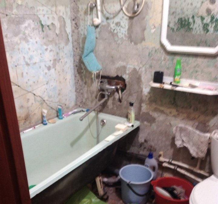 Парень своими руками сделал ремонт в ванной для мамы. Отличный результат с минимальными затратами!