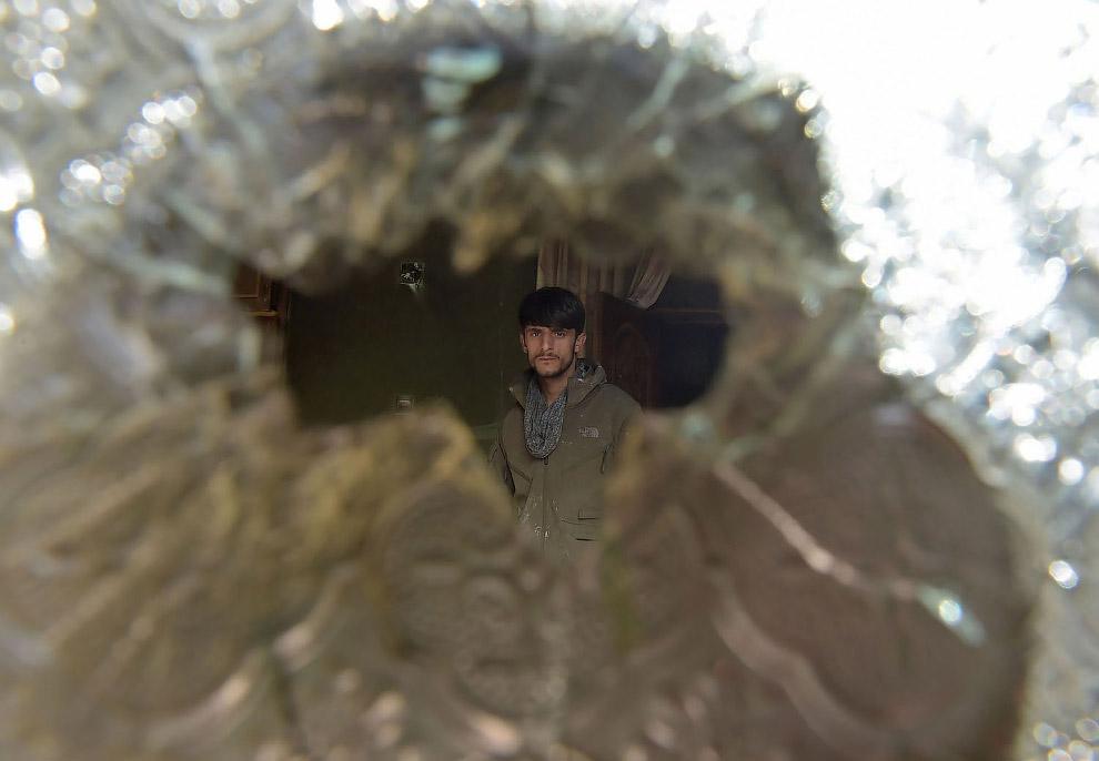 Сквозь разбитое стекло
