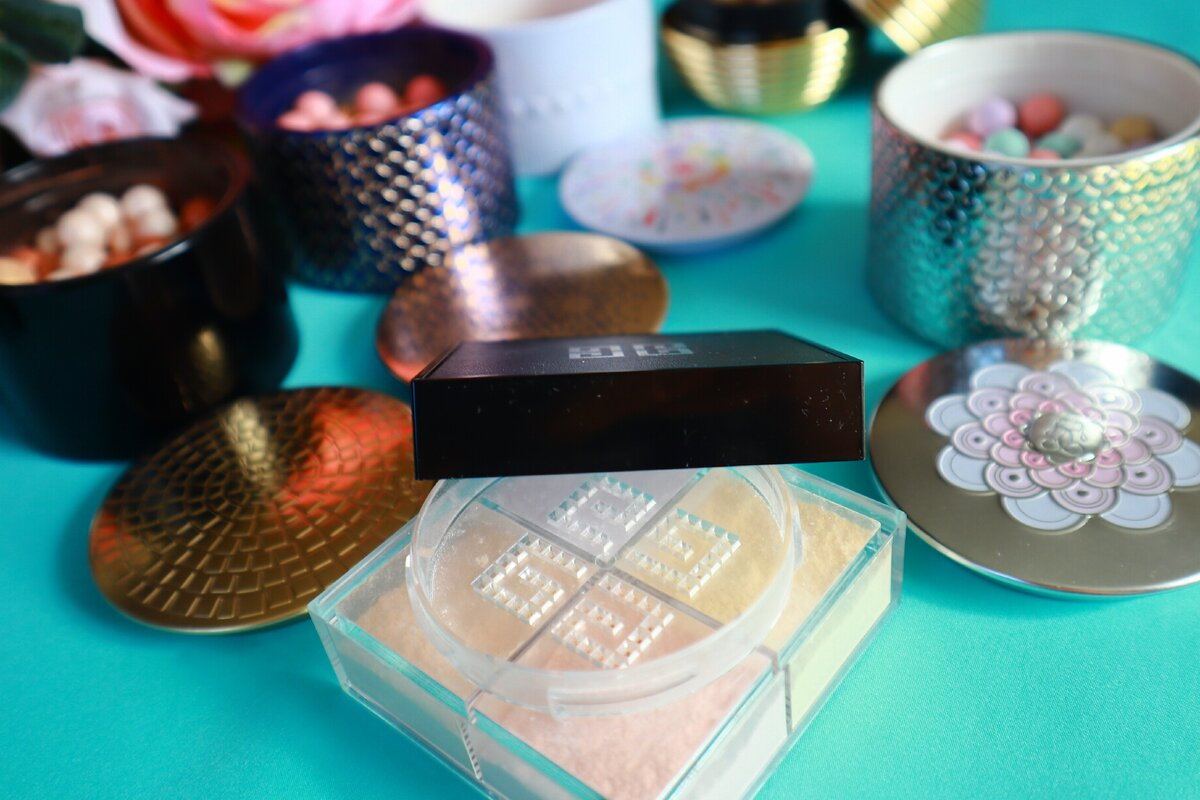 Метеориты или рассыпчатая пудра от Живанши: какая придает большую холеность коже после 50 внешность,косметика,красота,макияж,мода и красота,модные советы,модные тенденции