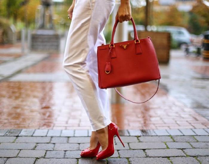 Подбирать обувь и сумку.