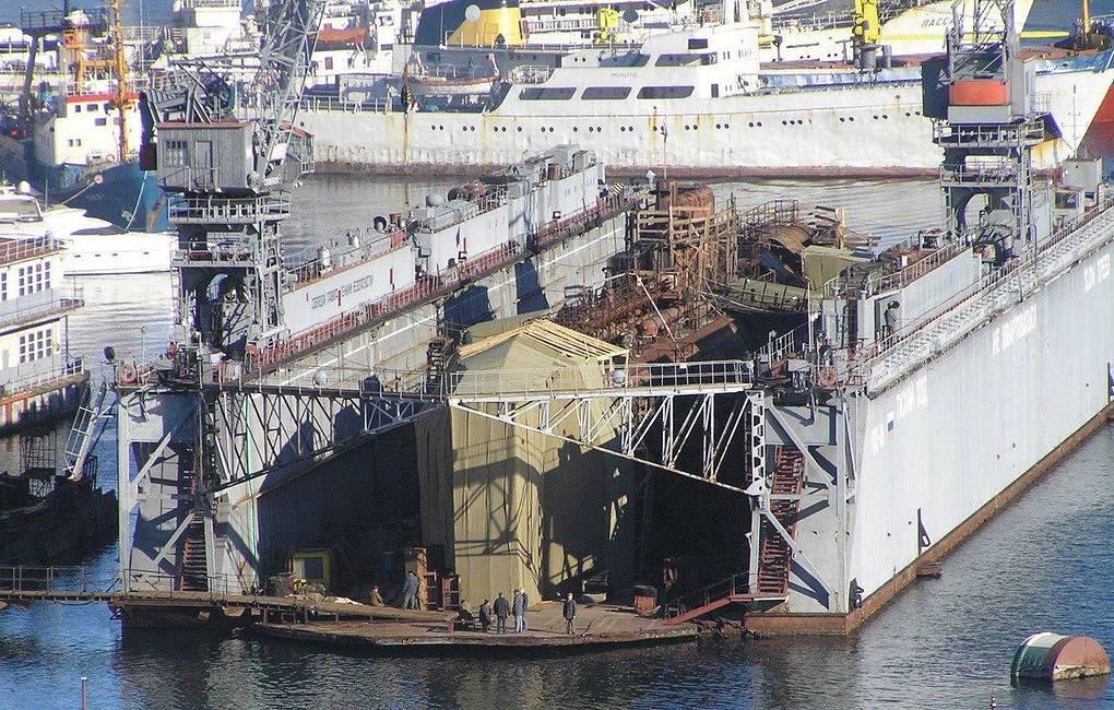 В Севастополе затонул плавучий док со списанной подлодкой