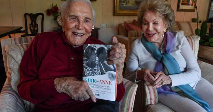 Кирк Дуглас и Энн Байденс. / Фото: www.gannett-cdn.com