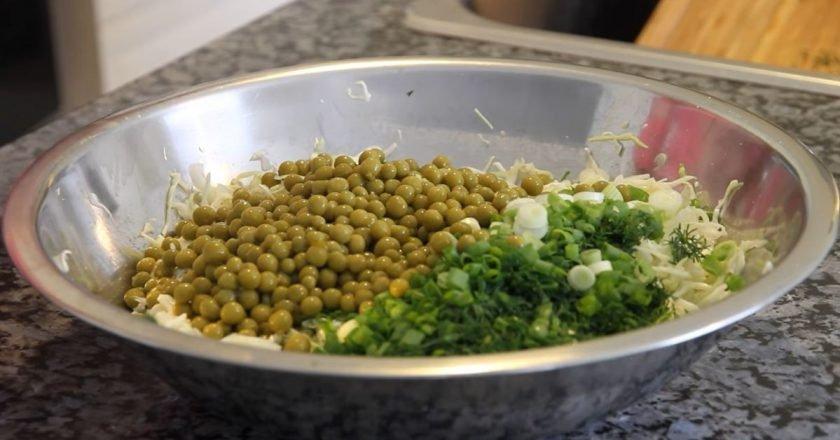 Салат из молодой капусты и горошка