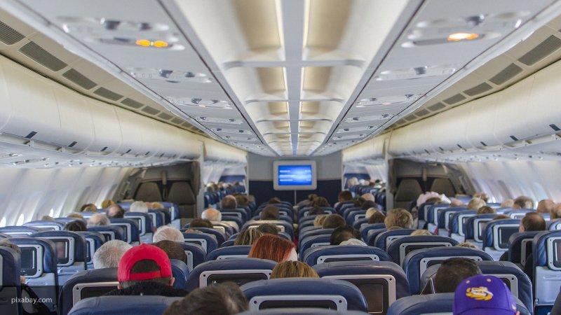 Пьяная дебоширка из России устроила скандал в самолете и обмочилась