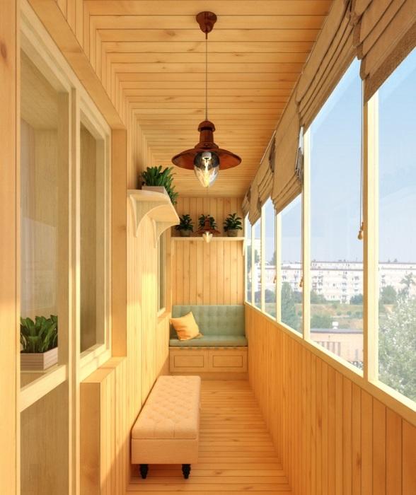 Простой, но в то же время эффектный балкон из дерева, без чего либо лишнего в нем.