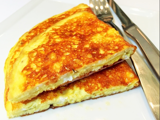 От такого хрустящего завтрака не откажется никто — сырный омлет с хрустящей сырной корочкой