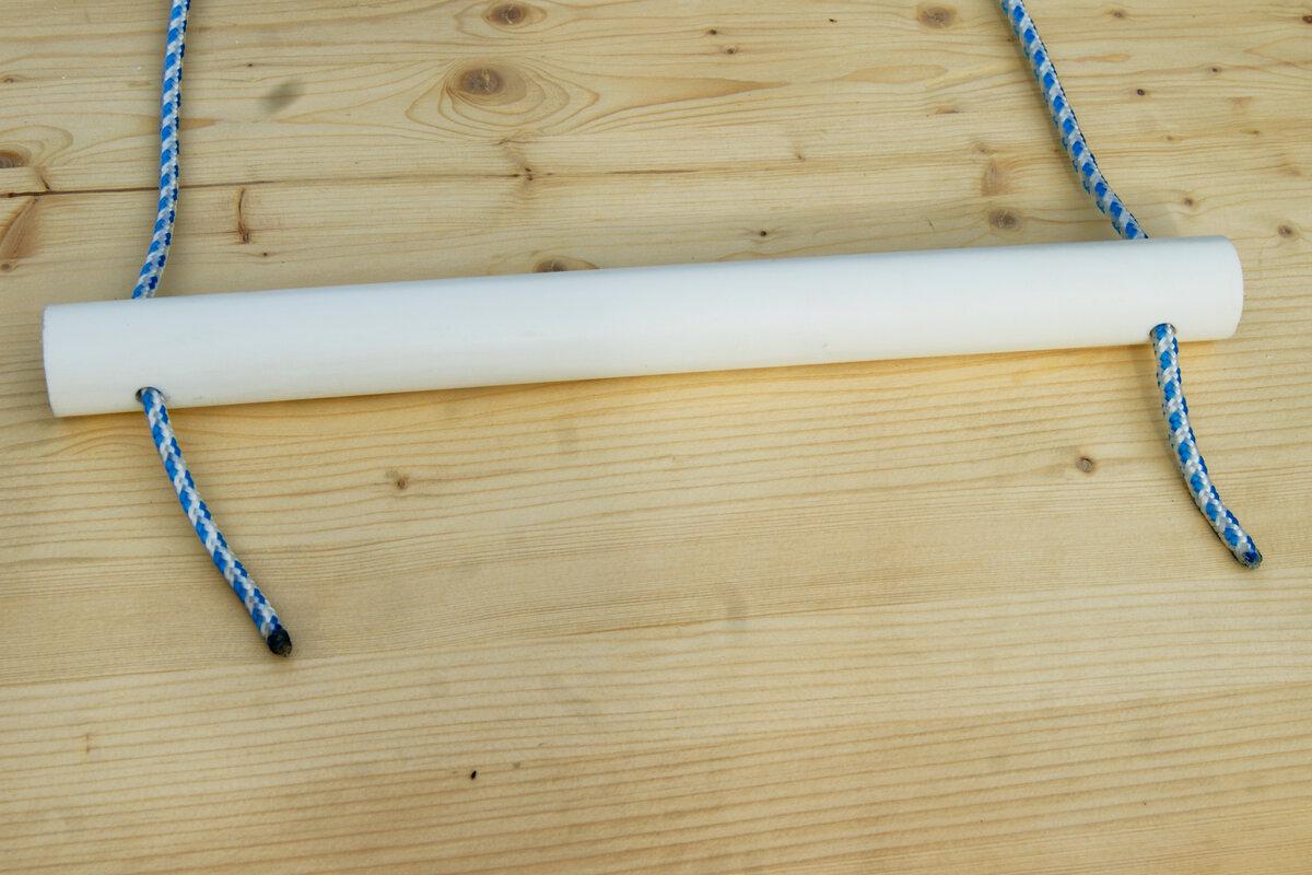 вставляем концы веревки в отверстия трубы