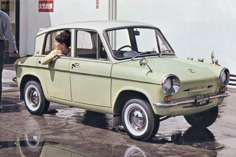В 1962 по 1964 год в Японии производился компактный седан Mazda Carol 600. «Компактный» – это даже сильно сказано, ведь его длина составляла 3,2 метра. заднемоторная компоновка, седан