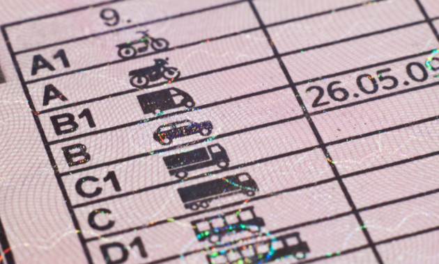 Водителей могут начать тестировать на знание ПДД при каждой замене прав