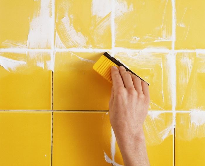Плитка будет выглядеть как новая, если вовремя промазать швы. / Фото: michelenails.com