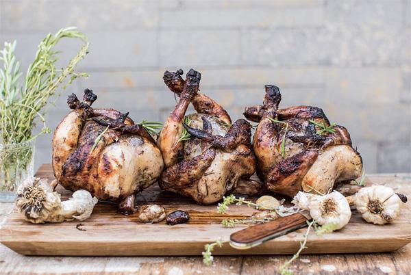 10 рецептов сочной курицы, запеченной целиком