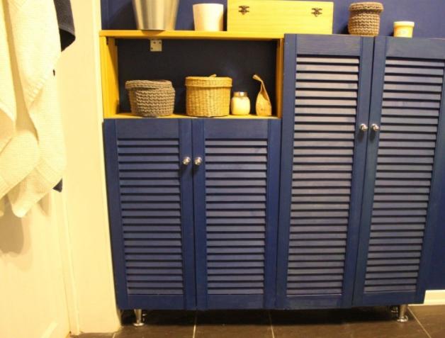Совмещенный санузел в сине-белой гамме очень, каждый, унитазом, шторка, Ксения, створками, долгое, пошло, чтото, раковиной, зеркальный, планировался, изначально, жалюзийными, оставался, шкафчик, белаяСамодельный, обычная, самая, уборкиДверь