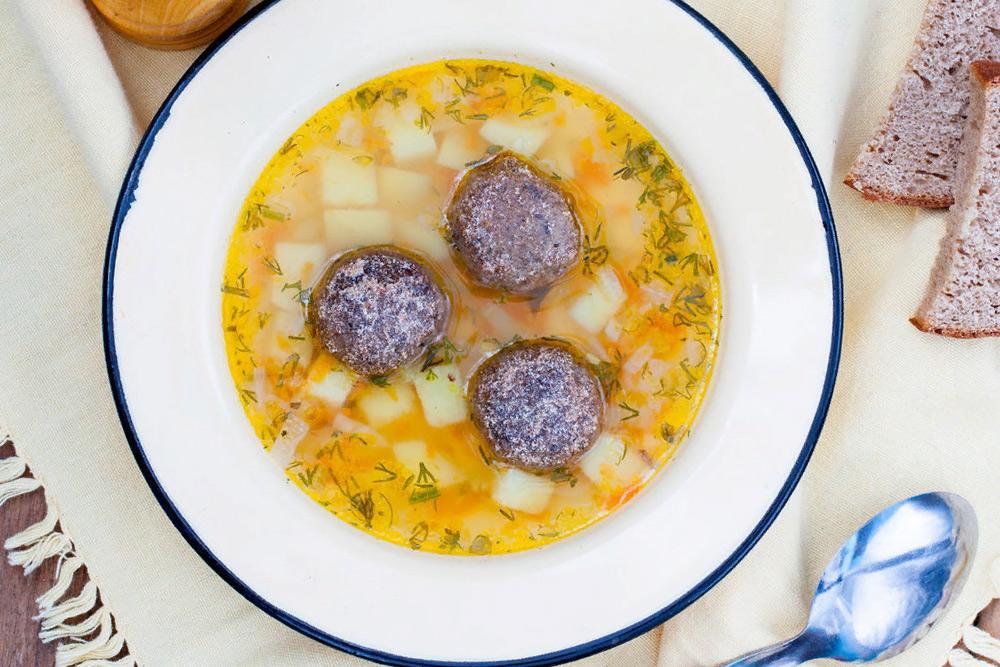 Оригинальный суп с фрикадельками и рулетиками по-семейному