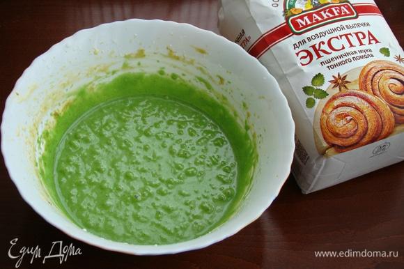 Так как фисташковая паста не дает необходимого зеленого цвета, добавить пару капель пищевого красителя и все перемешать до однородности.