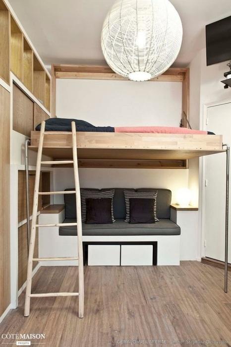 Под кроватью-чердаком можно организовать зону отдыха. / Фото: staradeal.com