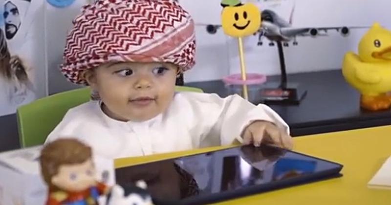 Специалист по счастью: в аэропорту Дубая работает 8-месячный ребенок
