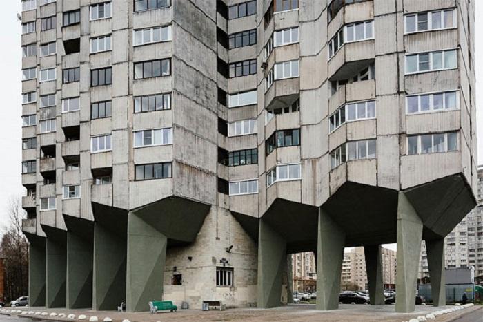 Центральный столб является единственной парадной у дома «многоножки» (Новосмоленская набережная, Санкт-Петербург). | Фото: designyoutrust.com.