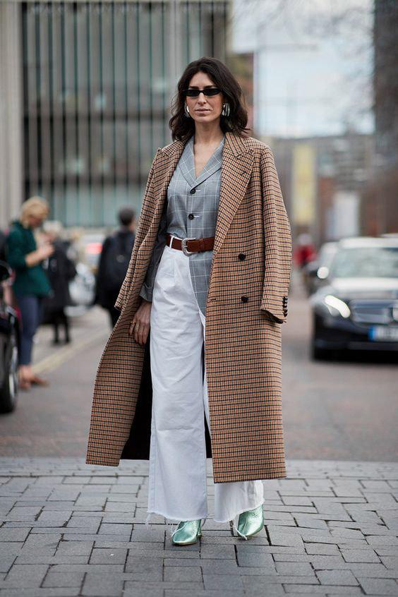 Девушка в белых широких брюках, серый блейзер и коричневое пальто в клетку