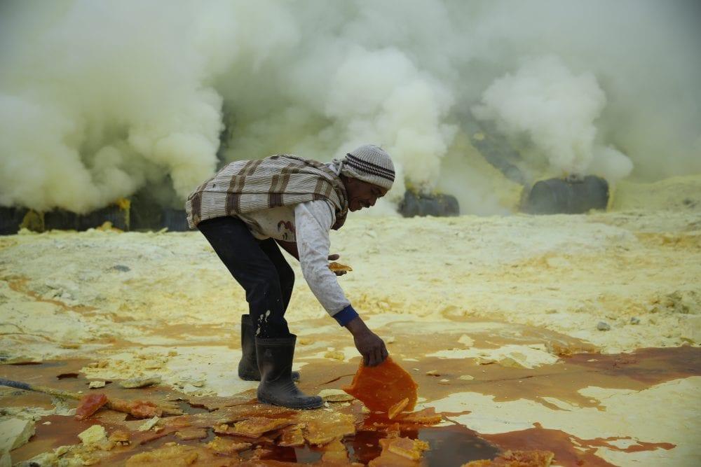От вулкана до смертоносной шахты: как люди работают за https://mtdata.ru/u15/photo6ACE/20505206182-0/original.jpg интересное