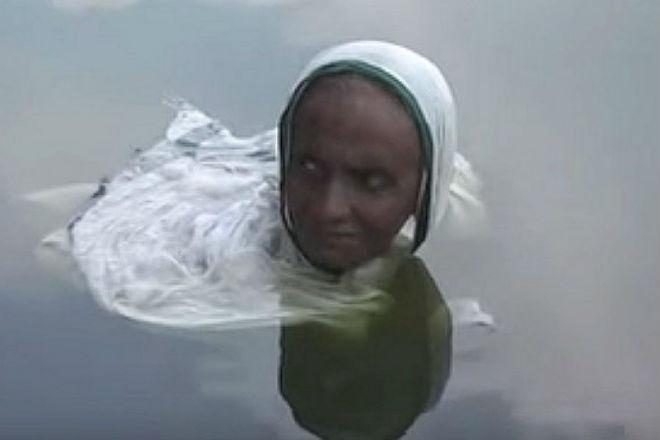 Индийская женщина сидит 20 лет по шею в озере и никто не понимает причин