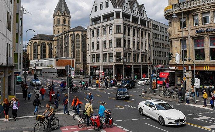 Местные жители и туристы в Кельне, Германия