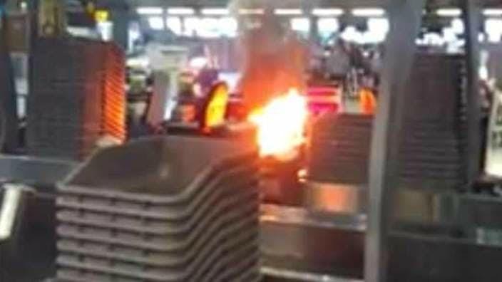 Огонь аэропорт, багаж, контрабанда, служба безопасности, странные находки