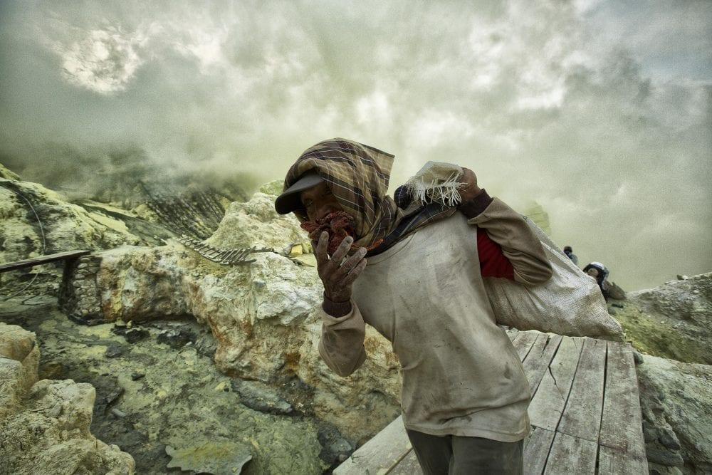 От вулкана до смертоносной шахты: как люди работают за https://mtdata.ru/u15/photo6F35/20389841937-0/original.jpg интересное