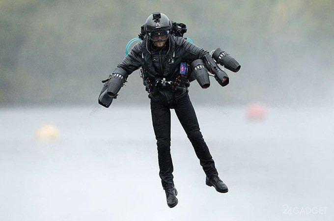 Британец в летающем костюме, как у Железного человека, установил рекорд скорости (5 фото + видео)