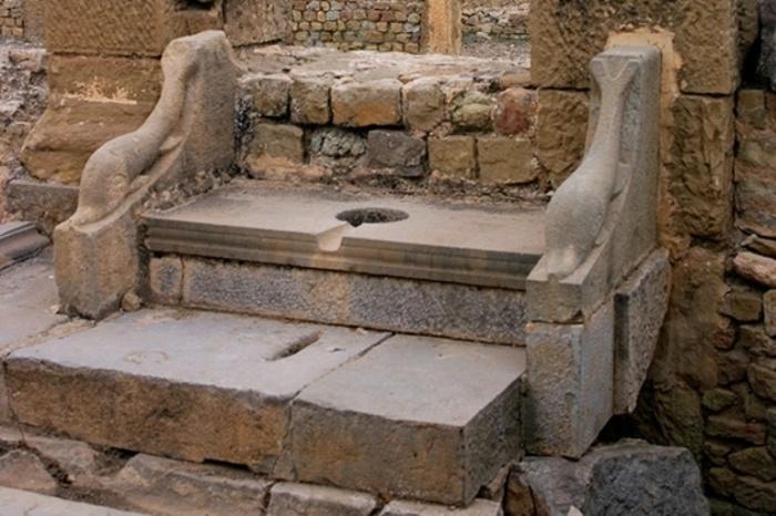 Древний унитаз — очень практичная и удобная штука. /Фото: s2.hvylya.net