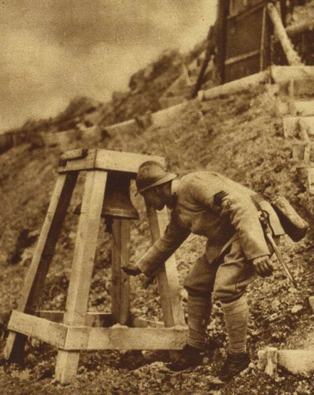 Французские солдат звонит в колокол, предупреждая о газовой атаке. Франция. Битва на Сомме. Первая мировая. 1916 г. история, ретро, фото